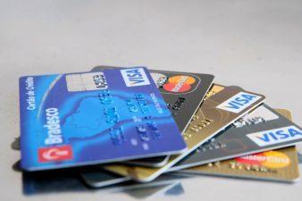 Juros médios do cartão de crédito caem para 441% ao ano em janeiro