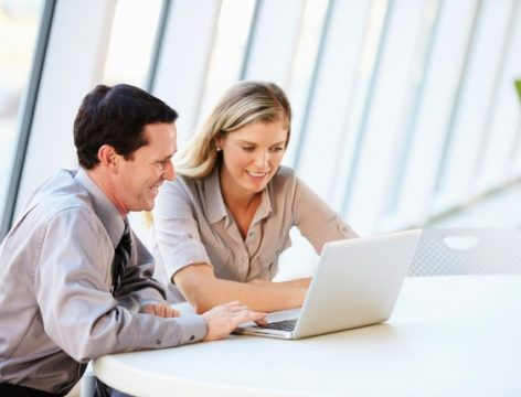 homem-e-mulher-no-computador-trabalho-escritorio-trabalhando-executivos-1393965676412_564x430.jpg